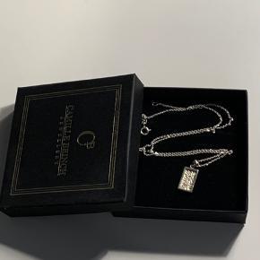 Firkantet tekstur halskæde af ren sterling sølv fra Camille  Brinch. Størrelsen er 42-45 cm. Få ridser på bagsiden, men ikke noget man kan se når den er på (ses på billede 3) ✨