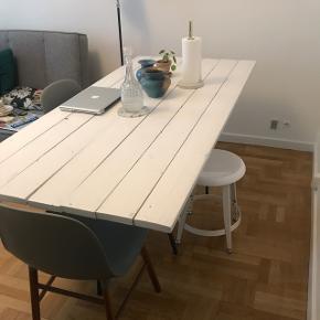 Bordplade, plankebord, hvidmalet overflade, hjemmelavet, sorte bordben fra IKEA
