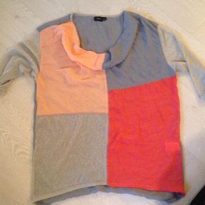 Varetype: Skøn farverig tunika Farve: Flere   Super fin i Viscose og Polyester  Bryst: målt fladt liggende ... 2 x 60 cm.    Porto inkl i prisen :)