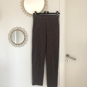 Smukke By Malene Birger glitter bukser sælges. Elastik i taljen. Størrelse- og materialelabel er ikke længere i bukserne, men det er en str. 36/S.