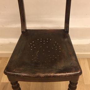 Fin mørk træ stol i fin stand med flot stjerne mønster i sædet. Flotte udskæringer.