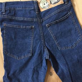 Jeans, meget lidt brugt, vasket måske 1 eller 2 gange. Str er 29/32 - jeg kunne ikke få lov at angive det ifm oprettelse af annoncen. Spørg for mål