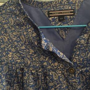 Super lækker silkeskjorte fra Tommy Hilfiger i en størrelse 164 men passer med en størrelse xs.
