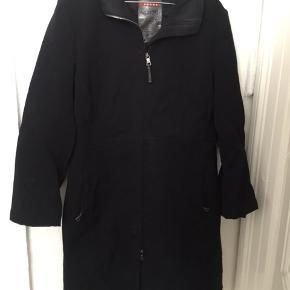 Prada jakke. Desværre lidt slidt for. Sælges derfor billigt