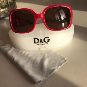 Varetype: Solbriller Størrelse: ? Farve: Rød Oprindelig købspris: 1700 kr. Prisen angivet er inklusiv forsendelse.  Brugt få timer. Fuldstændig som nye