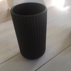 Sort Lyngby by Hilfing vase. 25 cm høj og 13 cm i diameter