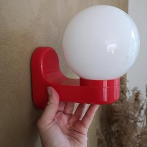 Søde røde retro lamper i rød plast med glaskubel. Kublen har en diameter på ca 10-11cm. Sød til det fineste pige værelse. 1 stk 30kr To stk tilbage
