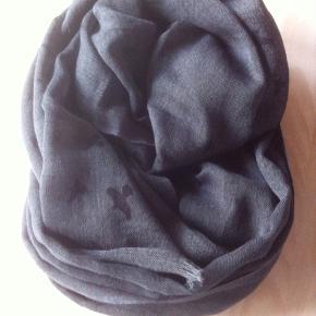 Varetype: Tørklæde Stella nova Størrelse: 120 x 120 Farve: Grågrøn  Tørklæde fra Stella nova i uld og bomuld. Stort og luftigt. Brugt en gang. Grågrøn med fugle.  Mp. 450 pp. Bytter ikke. Mobilepay foretrækkes  Har mange annoncer.