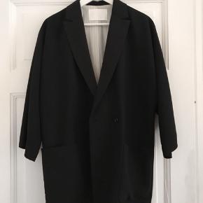Oversized sort blazer. Brugt to gange - så god som ny