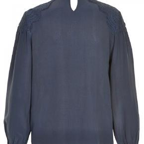 Sød bluse i 100% silke. Brugt sparsomt. Billederne er lidt mørke, men farven på blusen er navy. Normal i str. Nypris 1199kr   Mødes gerne og handler og ellers sender jeg med DAO på købers regning☀️