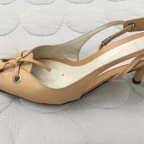 Varetype: Heels Farve: Beige  Fin slingback sko i flot gylden beige farve. Skoen har kun været brugt et par x, er hverken slidt skæve på hælene eller med mærker på hæle eller snuder.