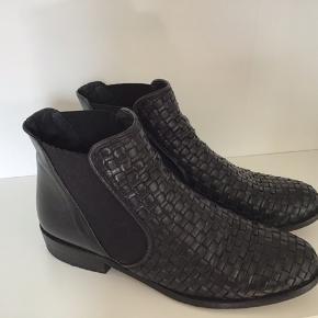 Flotte støvletter i flettet skind. De har været brugt, men ikke som hverdagsstøvle og er velholdte. Elastik i siderne. Gode at have på.  #secondchancesummer