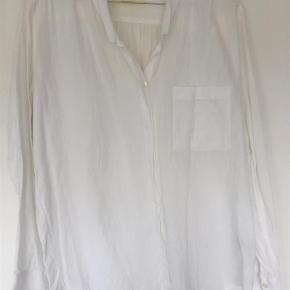 Varetype: Skjorte Farve: Hvid  100% bomuld. Så lækker og blød.  Italiensk str. 42   Sender med DAO.
