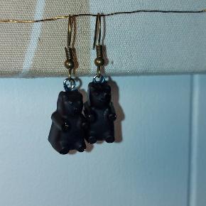 Hjemmelavede øreringe lavet så de ligner små vingummibamser i nat sort