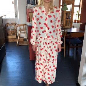 Sælger denne mega smukke kjole fra Moss Copenhagen, da den desværre ikke bliver brugt nok. Den er stor i størrelsen, så en S kan også bruge den. Byd 🌸
