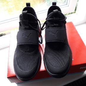Fede sorte Puma sneakers, der næsten ikke har været i brug. De er med soft foam sål.