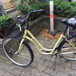 Gammel cykel - trænger til en (meget) kærlig hånd, men kan måske fikses :-)   Er rusten, gearet er ødelagt og dækket er fladt.  Låsen er forsikringsgodkendt - med papir til.