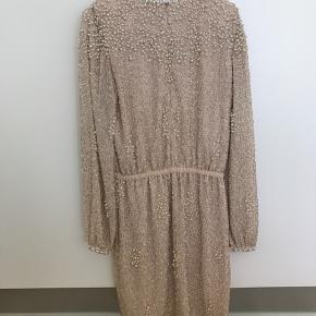 Kjolen har tabt lidt sten. Det kan nok ikke rigtig undgåes med denne kjole, desværre. Men ellers fin.