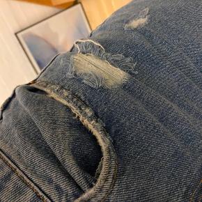 Jeans fra Zara i lys blå.. ikke brugt meget da de er korte, så de går ikke ned over skoene men stumper en smule🤎