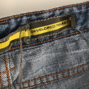 Jeans sælges der må byddes