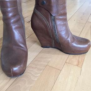 Lækre brune støvler fra Rick Owens, str.38 1/2 , meget lidt brugt.De har en ridse bagpå højre, tænker det kan klares med brun skosværte. Nypris 6.500,- sælges for 1200,-