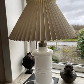 Flot holmegaard apotekerlampe med  Le Klint skærm højden incl skærm 50 cm. Returneres ikke .  Afhentes på 8270 Højbjerg.  Reserver gerne når halvdelen af beløbet betales i despotiom, Svarer varen ikke til dine forventninger , refunderes pengene .