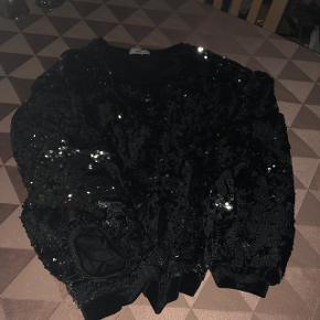 Meget festlig overdel til bukser / nederdel  Str. 50-52 Med sølv pailletter ( der er ikke gået nogle af ) har lagt i tøj pose.