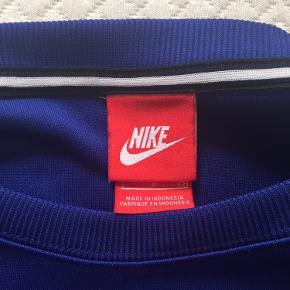 Helt ny sweat fra Nike  Aldrig brugt - kun vasket én gang  Super stand  Skøn at have på  Har så mange sweats, så er nødt til at sælge lidt