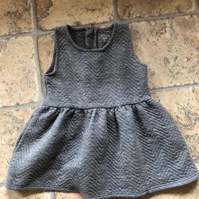 Sød kjole. Der er en lille plet forneden, men ikke noget man ser, når den er på.