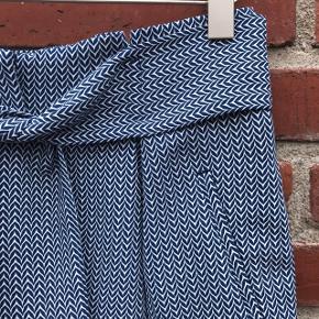 Super fine shorts i flot blåt/hvidt mønster. Brugt en enkelt gang og fremstår som nye. Materiale: Polyester Køber betaler forsendelse😊