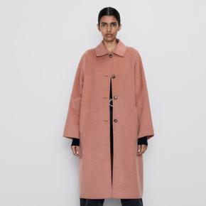 Meget smuk rosa frakke med knapper fra ZARA. Købt i januar måned. Den er desværre blevet for stor til mig efter graviditet, så nu må jeg sælge den videre 🌸😟
