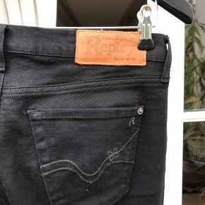 Sælger mine fede sorte replay jeans med svag i bunden. - Brugt få gange - Nypris 1700kr - Str. W27 L 34   ( tryk på billede for se fuld størrelse)