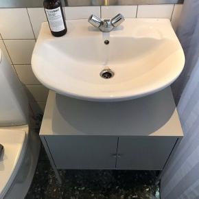 Ikea Lixhult 60x35 cm, fint og praktisk skab. For flere info se Ikeas web. Sender ikke men kan afhentes i Charlottenlund.