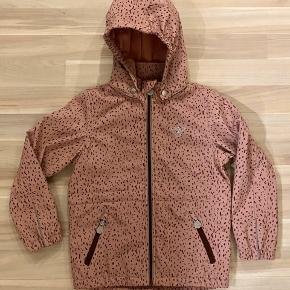 Str 116. Nsn. Næsten Ny lyserød softshell jakke med sølv logo på brystet og regulerbar elastik i taljen og aftagelig hætte. Nypris ca 700kr.