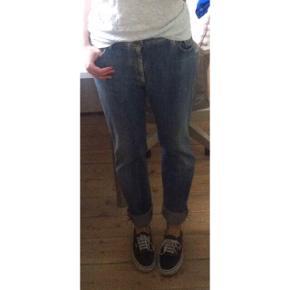 Super fine 627 straight fit jeans fra Levi's i str 33x34. Jeg har syet dem lidt ind i buksebenet så de sidder lidt tættere til nederst fremfor et boot cut - De ser ud som på billederne.