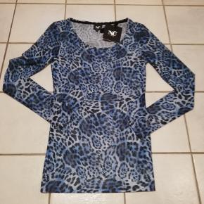 Bluse i blå leopard-mønster fra Nü. Stoffet er let gennemsigtigt og kan give sig meget.
