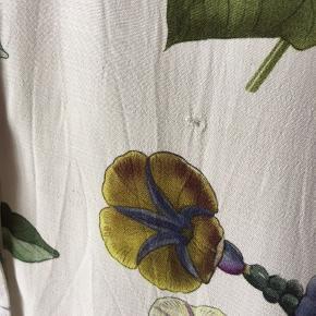 Kjole med smukke blomster fra Zara, lidt slidt med lille hul og små pletter for neden, kan også passes af en medium. Bælte medfølger.
