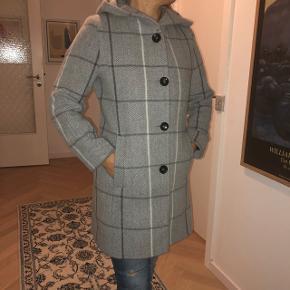 Sælger denne fine, varme frakke for min mor. Jakken er en størrelse 36 og er brugt 2-3 gange. Jakken er blevet syet op i ærmerne, dog ikke særlig meget, så ærmerne passer stadig fint til en str 36. Nyprisen kan ses på kvitteringen på det sidste billede. Ingen spor af slid eller andet. Er modtagelig overfor bud.