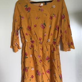 H&M kjole. Størrelsen hedder 44 men passer ikke større end en L! Kjolen er ikke brugt, da den ikke passede i størrelsen. Prisen er fast.