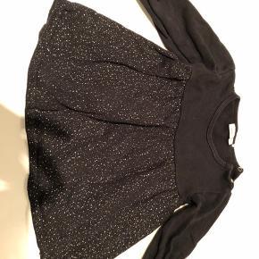To flotte sorte kjoler med sølv glimmer fra name it i str 98 sælges. Er i rigtig fin stand. Pris er for begge kjoler