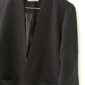 Blazer jakke fra Soaked in Luxury. Brugt få gange.   Kan afhentes i København K eller sendes gennem handel på Trendsales 🌸  Se også mine andre annoncer  🌸