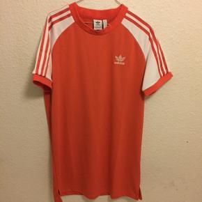 Lækler Adidas T-shirt kjole, som aldrig er blevet brugt. Nypris 500kr, BYD