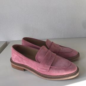 Fineste sko fra &Other Stories i rosa ruskind. Jeg får dem desværre ikke brugt. Kun prøvet på derhjemme. Nypris 795 kr.