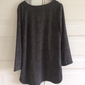 Fin kjole, som falder flot og tungt. Længde 90 cm. Brystvidde 48*2 cm. Indv arm 47 cm.