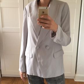 Blazer jakke, med flotte detaljer. lidt over size. Længde 70cm. Mål under ærmer 50cm.