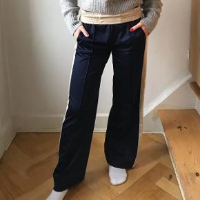 Sælger mine fine Envii bukser i str xs, da jeg ikke får dem brugt 🌸🌼  Passer alt fra 160(mig) til 175 da taljen kan foldes ned på en pæn måde (det har jeg gjort på billederne)