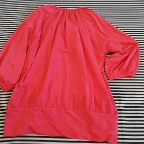 Varetype: Bluse Størrelse: M Mærke: H&M Farve: Koral Stand: Næsten som ny  Beskrivelse: Blusen er med trekvart ærmer og et bredt elastik stykke forneden.  Oprindelig købspris: 199kr. Forsendelse: DAO  Blusen er brugt få gange og fremstår derfor som ny.  TJEK OGSÅ GERNE MINE ANDRE ANNONCER.