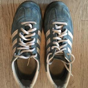 Varetype: Sneakers Størrelse: 36/5 Farve: Blå Prisen angivet er inklusiv forsendelse.  Kun brugt som inde sko, ikke meget slid på hæl og sko