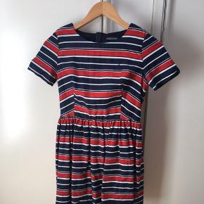 Lækker kjole fra Tommy Hilfiger. Med lynlås bagpå.