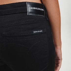 Har tre par Calvin Klein bukser i størrelserne 24/32, 24/30 og 25/32. Jeg bestilte fire par og skulle kunne bruge det ene, hvorfor jeg har tre par liggende. Prisen er pr styk. De er ikke engang taget ud af plastikken. De er skinny og med mid rise.